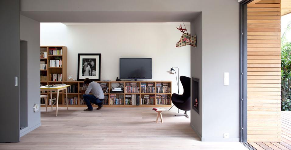 Un tetto abitabile, materiali a bassissimo impatto ambientale e spazi interni modulari. Per adattarsi alle esigenze di tutta la famiglia