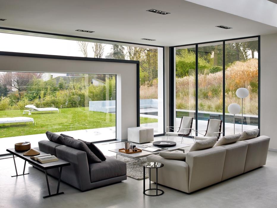 La casa a Garches, in Francia, di Sylvie Stuffier architetto d'interni e landscape designer lascia spazio al verde