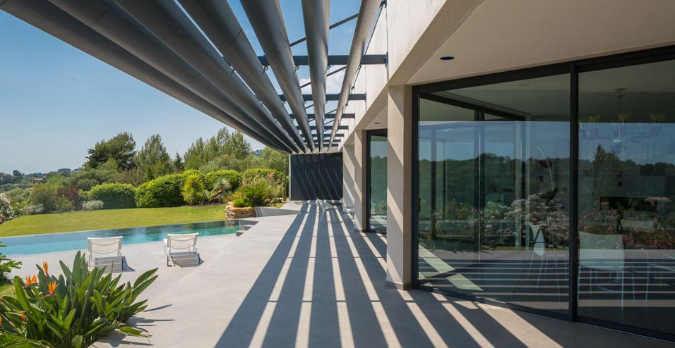 Il progetto dello studio francese Vincent Coste Architecte per una casa con piscina a Tolone parte dalla forma triangolare del lotto di terreno dove è edificata, fra la baia di Sanary e quella della prima città della Costa Azzurra