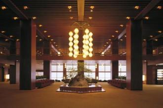 Amatissimo per il suo fascino retrò, lo storico albergo di Tokyo sta per essere rimpiazzato da un'avveniristica torre di vetro. Ma sul web non mancano le polemiche. E c'è chi lancia una petizione online per fermare la ristrutturazione