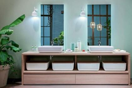 Se la vasca diventa protagonista come fosse una chaise longue acquatica da salotto, la cabina doccia completamente vetrata si rende invisibile
