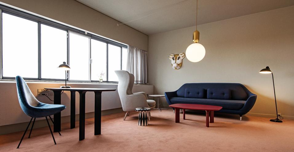 Stanze d'autore a Copenhagen: un allestimento firmato Jaime Hayon e Fritz Hansen rende omaggio agli arredi Anni 50 di Arne Jacobsen