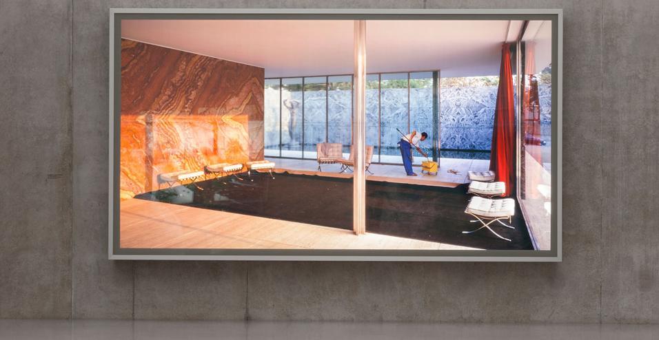 Nel museo progettato da Peter Zumthor sul lago di Costanza prendono vita le fotografie in grande formato del fotografo canadese Jeff Wall. Dai lavori in bianco e nero a quelli più recenti in digitale, passando per i Lightboxes: le foto incorniciate in box trasparenti, come Morning Cleaning, Mies van der Rohe Foundation (Barcelona 1999)