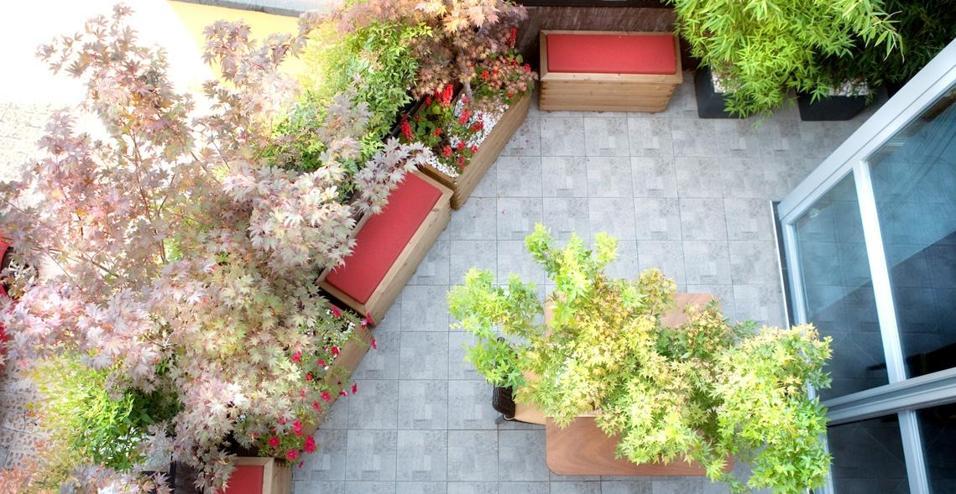 Materiali naturali e un uso del verde per creare un terrazzo protetto dagli sguardi. Come ridefinire lo spazio outdoor in stile giapponese.