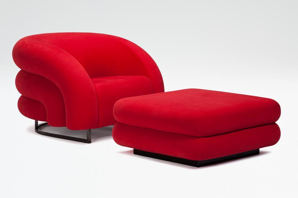 Con tavolini integrati, simili a moderne bergère, tanto morbide da diventare accoglienti nidi. Sedute per il relax, la lettura...Armani/Casa
