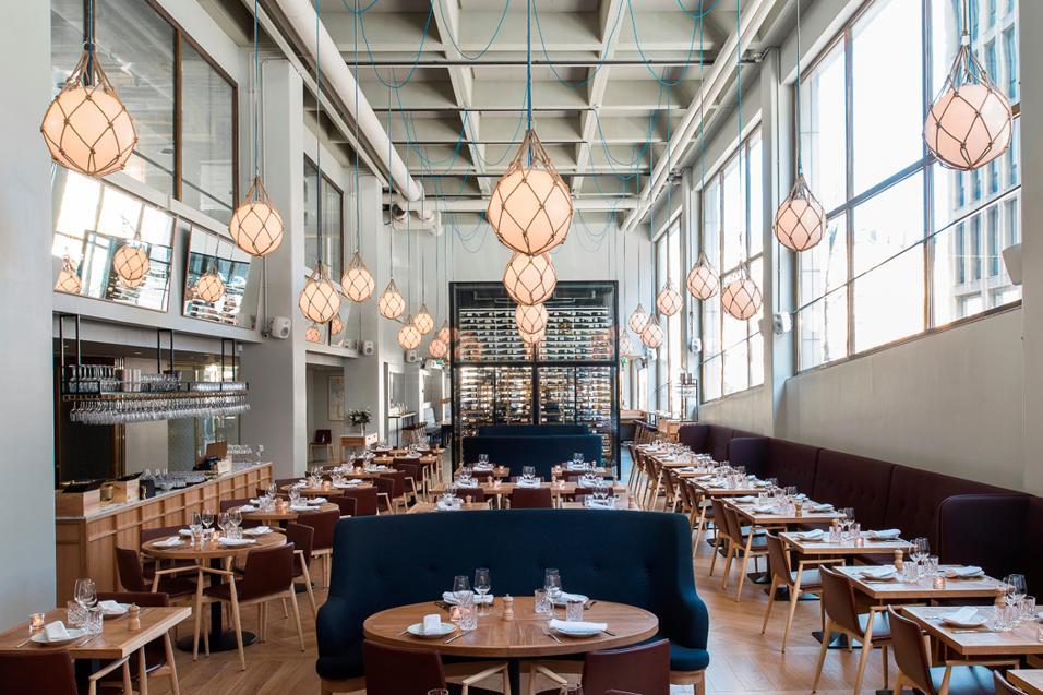 A Helsinki, la rilassante atmosfera di un ristorante un po' nordico e un po' mediterraneo.La grande hall