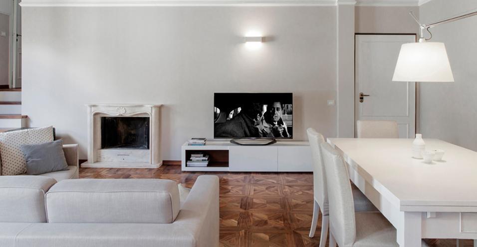 I progettisti di Studiòvo firmano la ristrutturazione di un appartamento di 120 mq con camera da letto in mansarda.Pareti ton sur ton