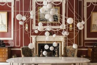 Le lampade a sospensione più scenografiche tra bagliori metallici, tocchi di rosso e scintillii d'oro. Il design si fa glamour: ecco 25 progetti luminosi. Trova il tuo stille COLLEZIONE 28 DI BOCCI
