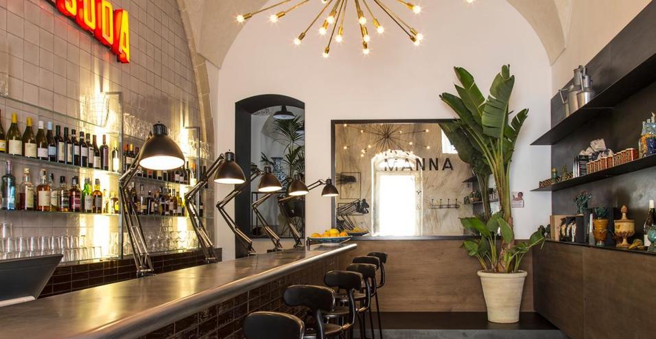Le cantine di un palazzo della Sicilia si trasformano in un bistro elegante e informale grazie all'intervento del designer Gordon Guillamer