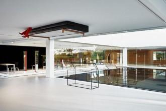 Il designer israeliano allestisce il padiglione Glass Cube dell'azienda lombardaE il divano va a soffitto