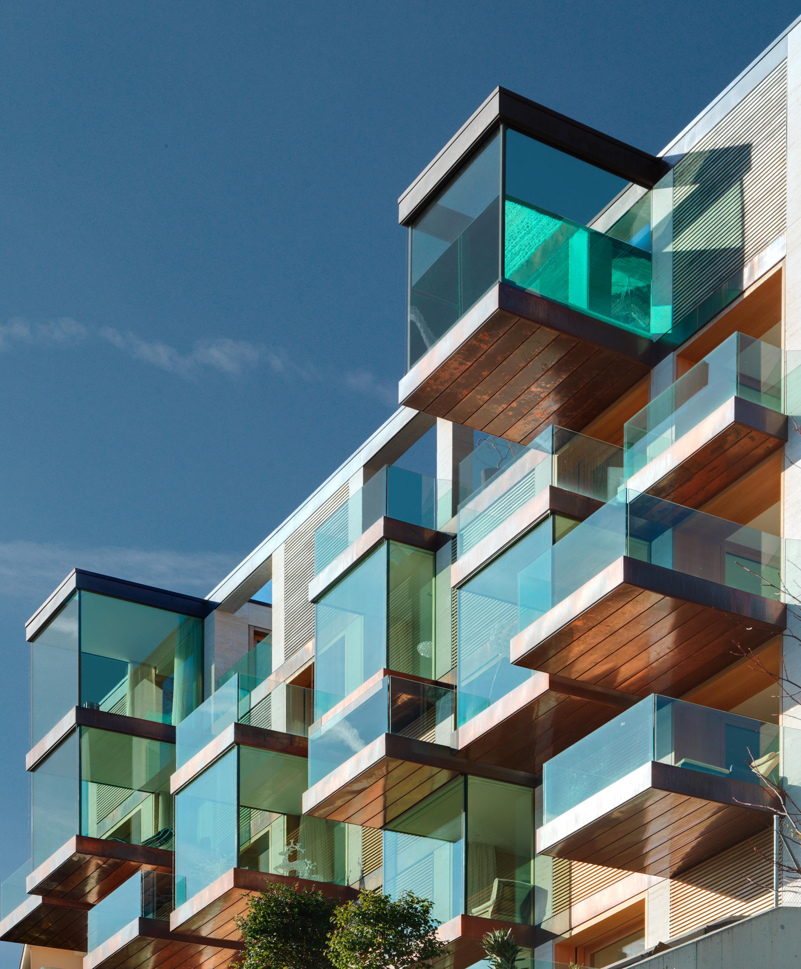 Un condominio di lusso con finestre panoramiche for Architetti di designer di case di lusso