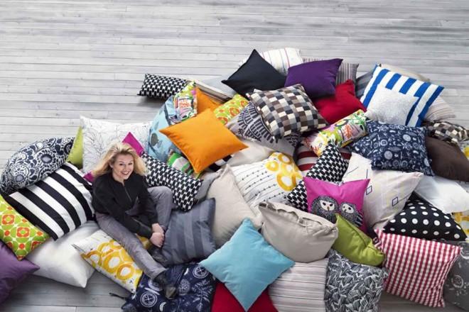 Soffici e iper decorativi, con i loro colori e pattern i cuscini per divani (e non solo) cambiano l'atmosfera della casa. Ecco 20 modelli di design I CUSCINI DI IKEA
