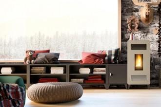 Naturali complementi del focolare, mantici e portalegna contribuiscono a creare la giusta atmosfera insieme a i contenitori componibili.Accessori coordinati