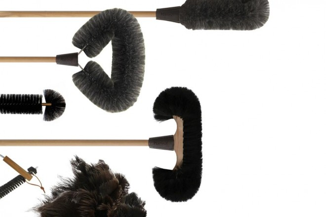 Scope di design e spazzole dedicate agli angoli difficili. Elettrodomestici tuttofare hi-tech accanto a utensili old fashion. Così pulire diventa un gioco.Utili e divertenti