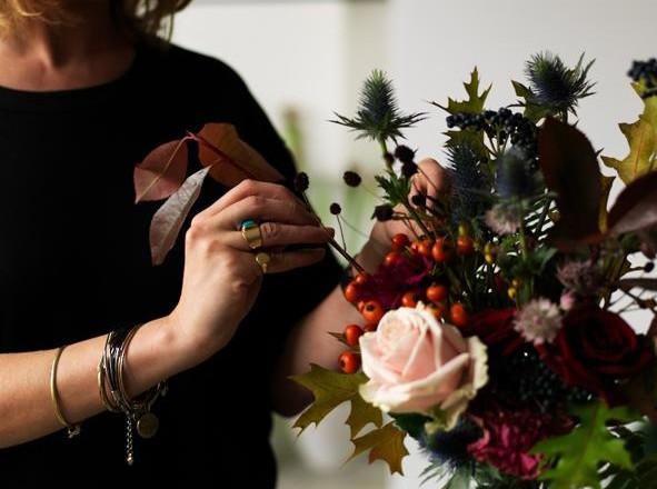 Da Londra la florist designer Nik Southern, titolare del negozio più apprezzato del momento, prepara un bouquet selvatico di foglie e bacche autunnali. Guest star: la rosa Sweet Avalanche