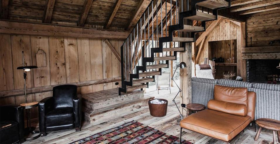 Sulle Alpi francesi una baita in legno dall'atmosfera accogliente con i servizi di un albergo