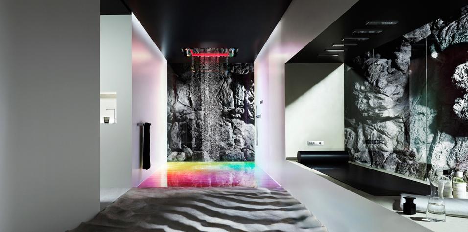 Tanti getti e scenari personalizzati nel sistema multisensoriale Sensory Sky di Dornbracht. Luce, profumi e colore protagonisti