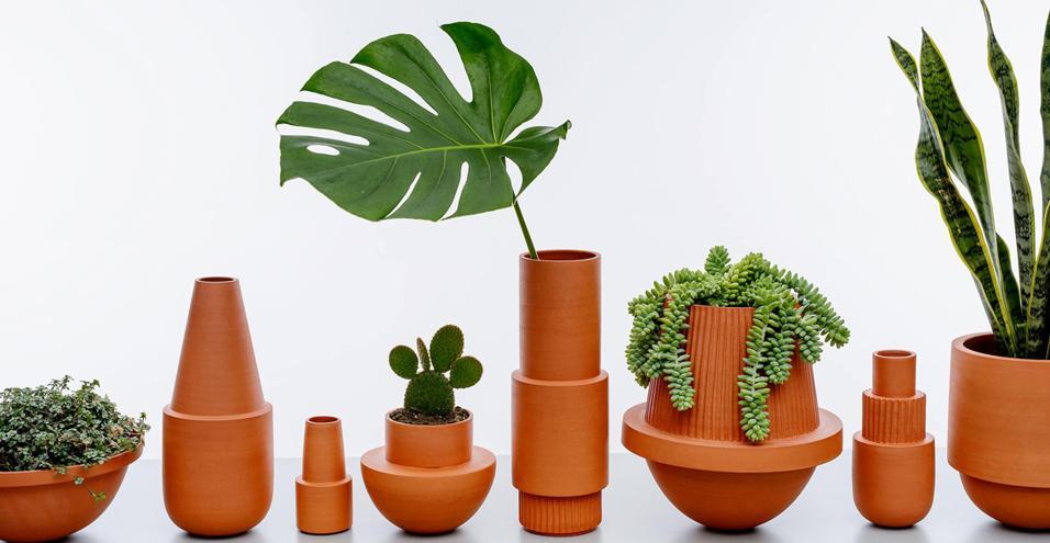 La collezione Arizona Stoneware: fatta a mano in terracotta e prodotta in edizione limitata. È firmata dallo studio canadese mpgmb