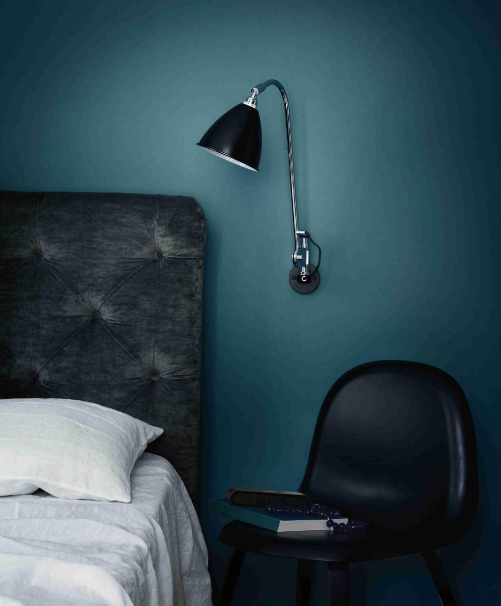 Bestlite BL6 wall lamp - black-chrome_Gubi 5 chair - wood base - black