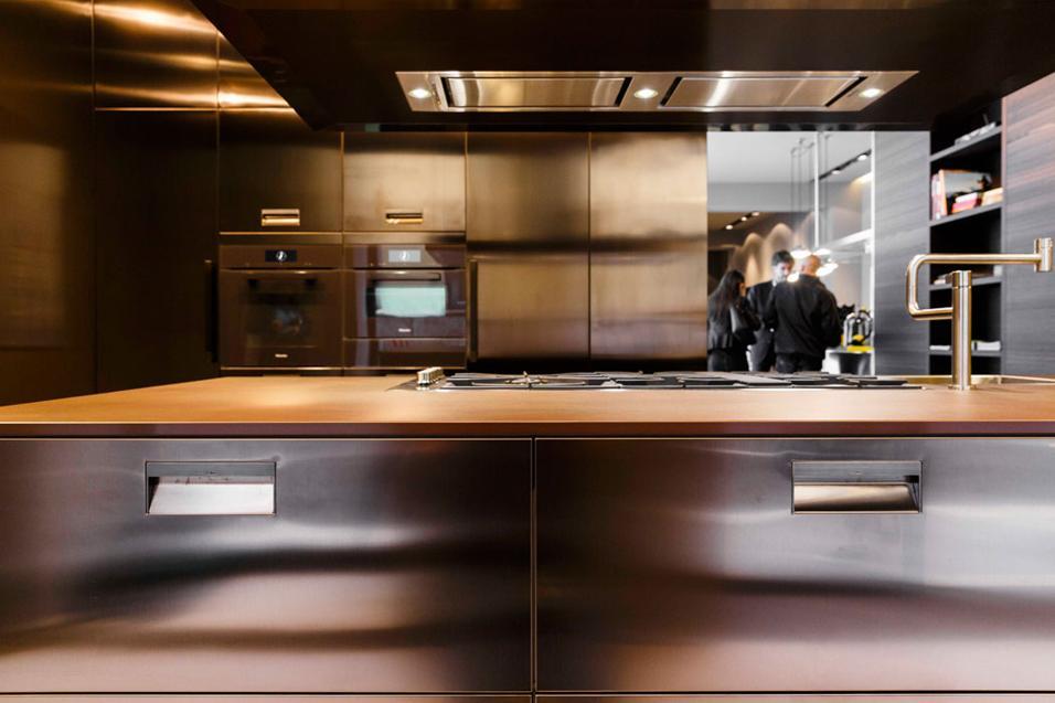 Arclinea festeggia i 90 anni con un allestimento speciale dello show-room milanese. Tra i protagonisti, una sfavillante cucina Italia.Maniglia in primo piano