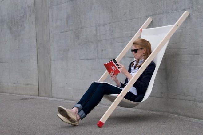 Effetto spiaggia anche sul terrazzo o nel giardino. Le sedute salvaspazio si vestono di tessuti tecnici.BERNHARD BURKARD