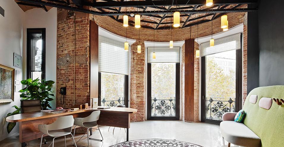 Un luogo che facilita la concentrazione e le riunioni con i collaboratori. Dove il design è di casa.Finestre panoramiche