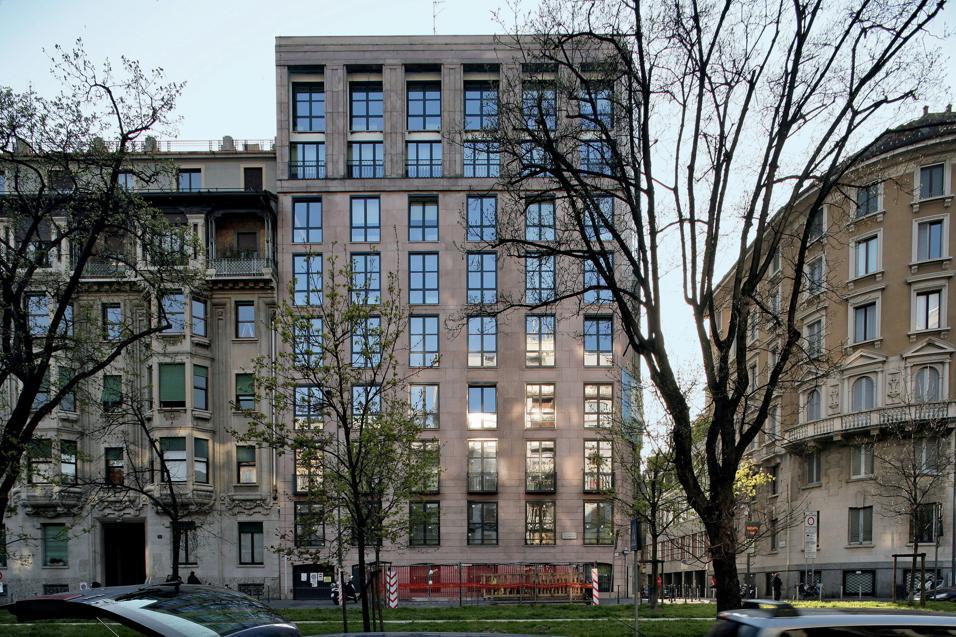 Un libro ripercorre la storia dell'edificio di via Rossini costruito dai due architetti nel 1962 e recentemente ristrutturato e adattato alle nuove esigenze d'usoUn palinsesto del moderno