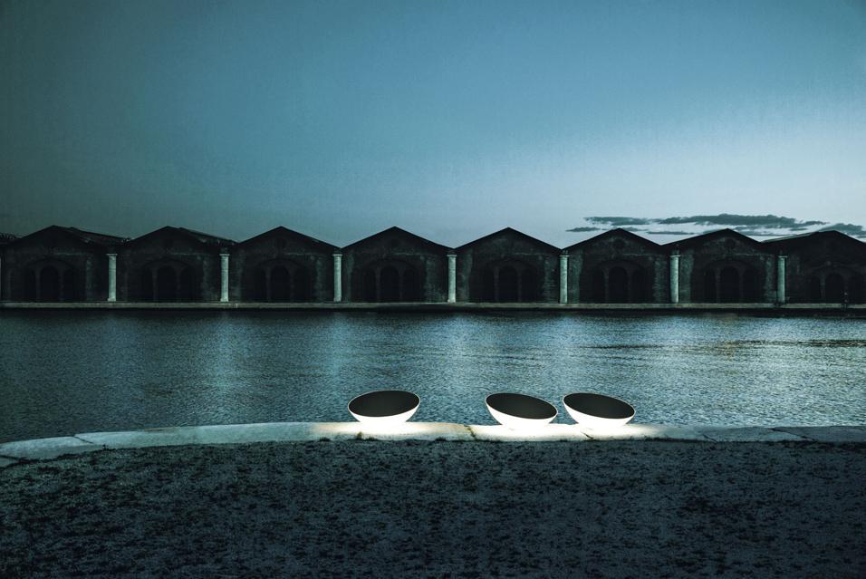 Novità per l'illuminazione da esterno. Scenografie open air adatte a movimentare piccoli terrazzi e ampi giardini.Foscarini
