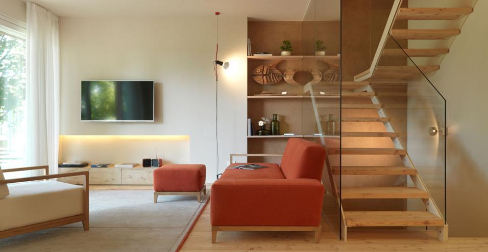 L'architetto veneto Michele Perlini firma un appartamento all'insegna dell'ecologia: dal parquet in legno alla parete d'argilla.Soggiorno open