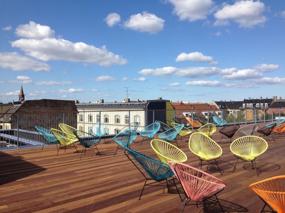 La terrazza o solo pochi metri quadrati: dalla sedia comfort al divano relax, l'arredo giardino di design porta in esterni la comodità di casa. Per vivere all'aperto con stile ACAPULCO DI OK DESIGN PER SENTOU EDITION