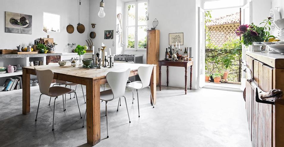 Total white e arredi su misura. La cascina di Katrin Arens ha uno stile atemporale, che profuma di bosco e di fiume. Dolcemente country