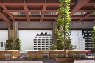 Piero Lissoni  firma il progetto per un nuovo e suggestivo spazio urbano. Protagonista la collezione outdoor Living Divani milaneseUn salotto da esterni