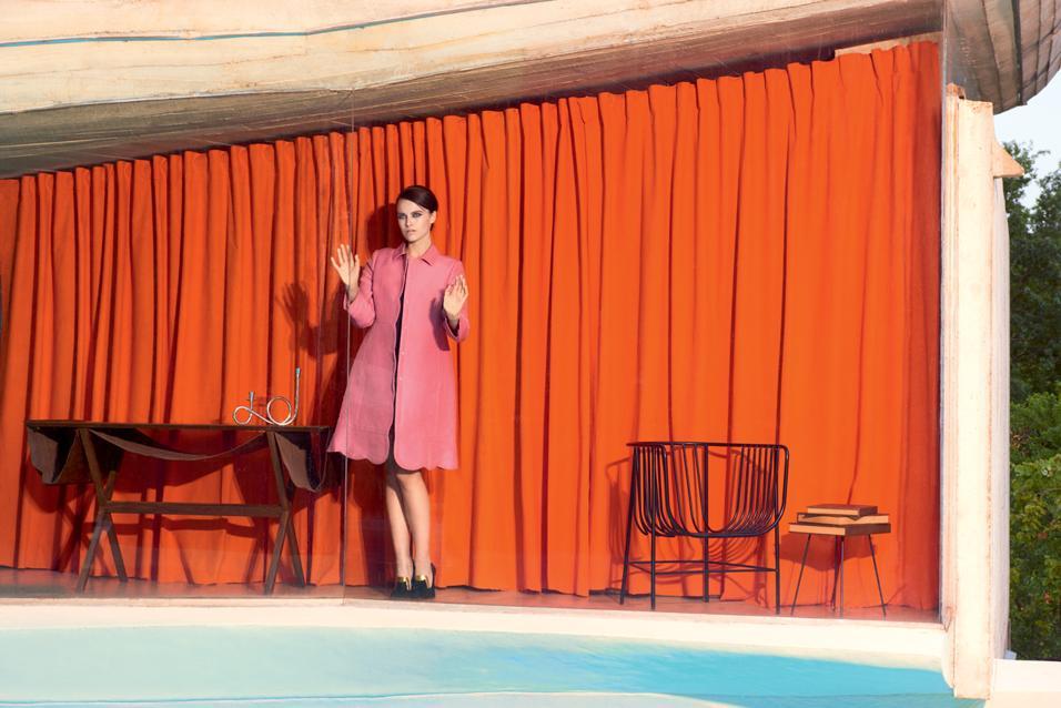 INSTANT SHOPPING SU YOOX.COMRelax a bordo piscina: il cappotto pastello lascia la scena a miniabiti fantasia e gonne ultrashort. Tra citazioni Memphis, interni modernisti e arredi gonfiabili