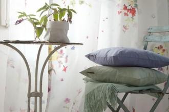 Tende, cuscini, divani anche outdoor e tessuti effetto wallpaper. La ricerca tessile sperimenta nuove forme espressive, spesso sorprendenti.Christian Fischbacher