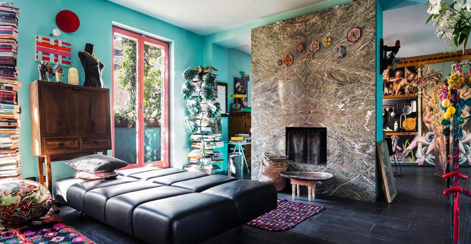 Immagini sacre, colori intensi e mobili d'autore: il bilocale milanese del consulente creativo Stephan Hamel è uno spazio eclettico e senza tempo