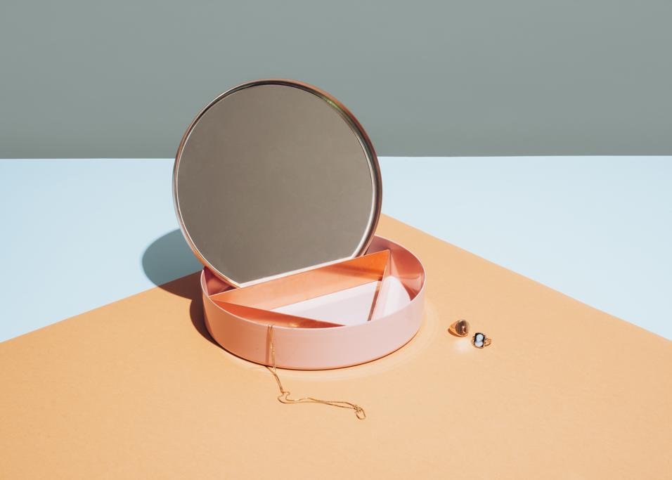 Tavoli da toilette per il trucco, o semplicemente per rimirarsi, piccole coiffeuse e specchi decorativi: il design si scopre vanitoso e gioca coi riflessi #CAPSULE #1 DI YOOX