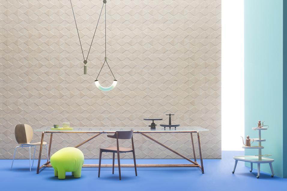 Mosaici, piastrelle e lastre oversize danno carattere agli spazi, come wallpaper