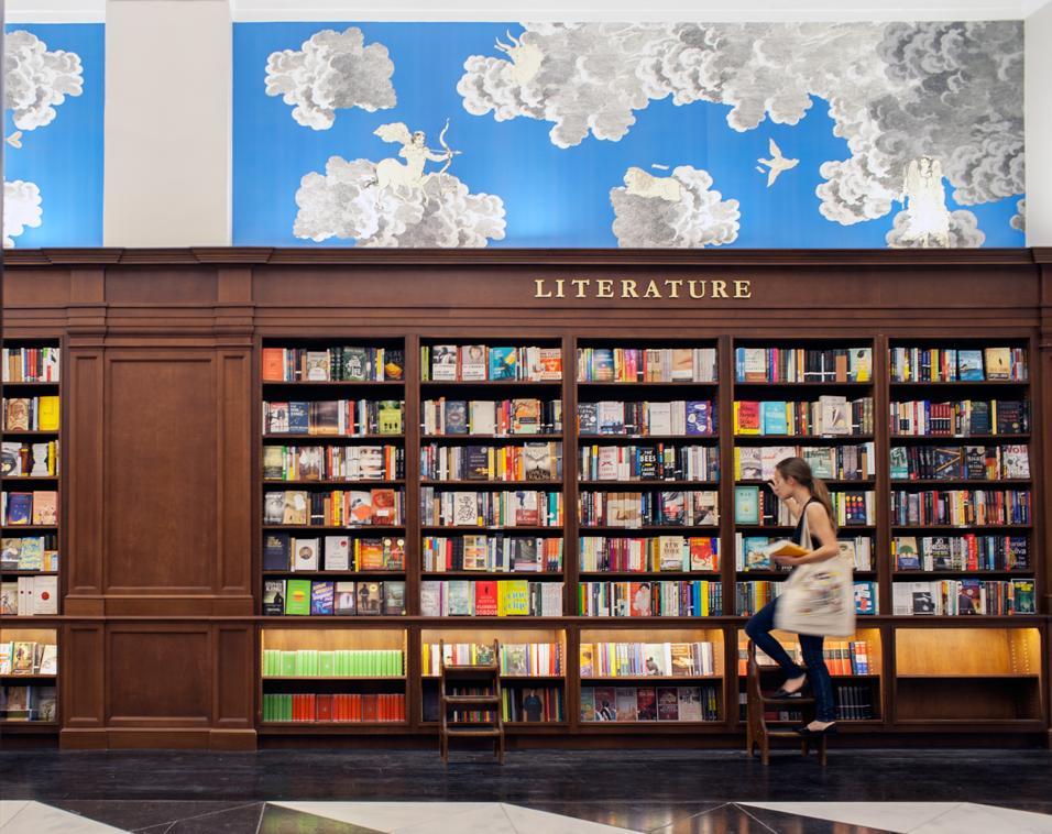 Apre la nuova sede a Manhattan della libreria internazionale, tra arredi storici e wallpaper su misura