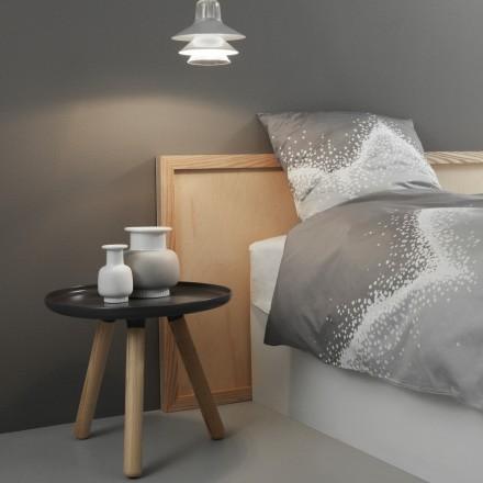 Camera da letto moderna con effetto legno con comodini di design ...