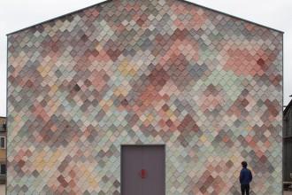 Architetti, designer e decoratori vestono di ceramica i loro progetti. Tra piastrelle effetto 3D e maioliche istoriate, anche la moda imita i pattern ceramici YARDHOUSE DI ASSEMBLE