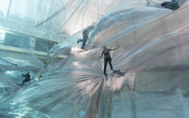 Le prime immagini in anteprima della grande installazione On Space Time Foam di Tomas Saraceno all'HangarBicocca. Foto di Alessandro Coco © Courtesy Fondazione HangarBicocca