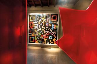 Il QR code di Ginette Caron inquadrato dalla visuale della foglia d'acero incluso nella bandiera italiana/canadese realizzata dalla stessa designer. Foto Antonio De Luca.