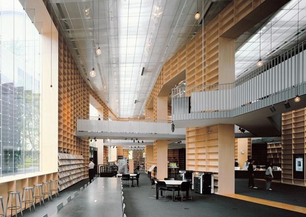 L'ingresso della biblioteca. Le pareti-scaffali esterne sono protette da vetri. Foto di Daichi Ano