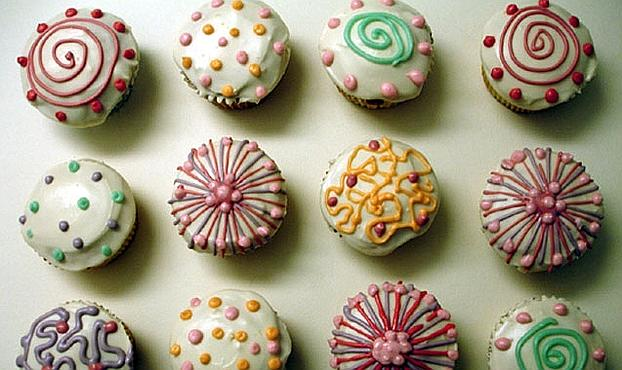Piccoli cupcakes con design freestyle. Bocconcini mignon coloratissimi per soddisfare vista e gusto