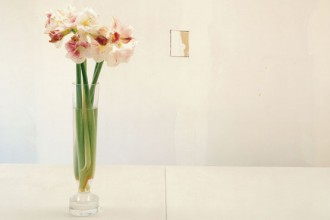 Pareti bianche e luce zenitale rappresentano un filo rosso che percorre molta parte dei quattro piani della casa-atelier parigina di Rick Owens