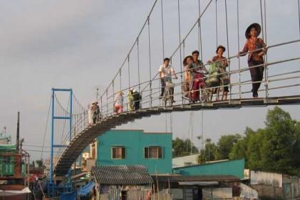 Gli uomini cambogiani del villaggio di Kbal Chroy