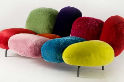 Uno dei pezzi presentati per la collezione 2009 di Driade dai fratelli Campana. Il divano Cipria è un'esplosione di colore