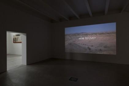 Fino al 20 luglio alla Galleria MDC di Milano i nuovi lavori di Andrea Zittel. Qui il video How To Live? girato in una libera comunità nel deserto a Sud della California.  Foto di Roberto Marossi. Courtesy by Massimo De Carlo