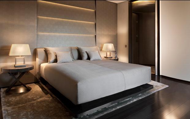 Tutti gli arredi dell'hotel si ispirano alle collezioni Armani/Casa e sono stati realizzati appositamente per l'albergo.