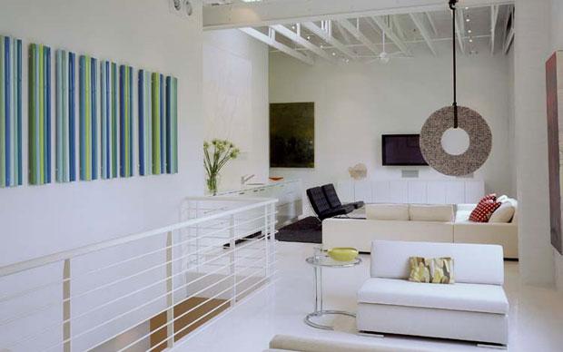 La zona giorno del loft ristrutturato dallo studio texano Poteet Architects per un collezionista d'arte contemporanea